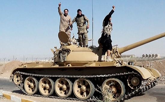 Боевики террористической организации «Исламское государство» (запрещено вРоссии) всирийской Ракке