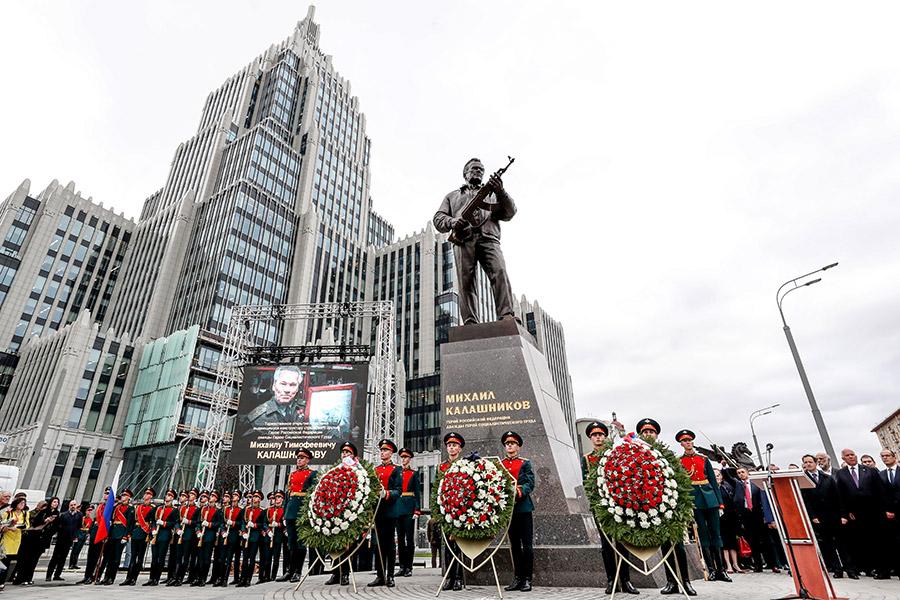 Общая высота скульптурной композиции составляет 9,8 м: на 4-метровом постаменте стоит металлическая фигура оружейника, держащего АК-47.