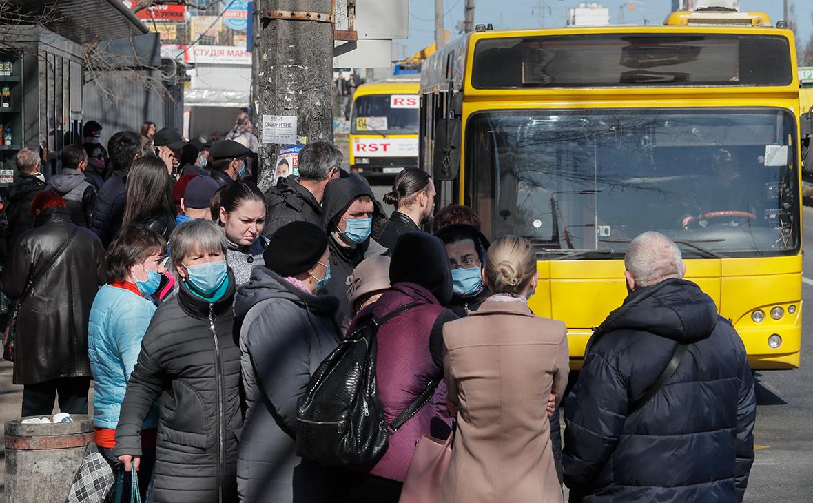 Очередь на остановке общественного транспорта в Киеве