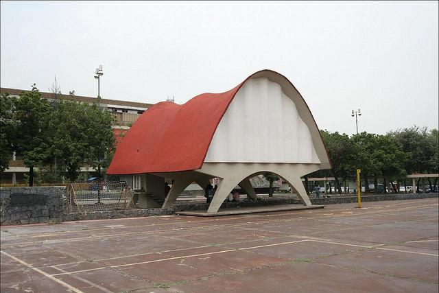 Павильон космических излучений 1951 года постройки стал одним из первых экспериментов по использованию формы параболы в архитектуре. Несмотря на кажущуюся простоту, проект павильона потребовал большого количества сложных математических расчетов