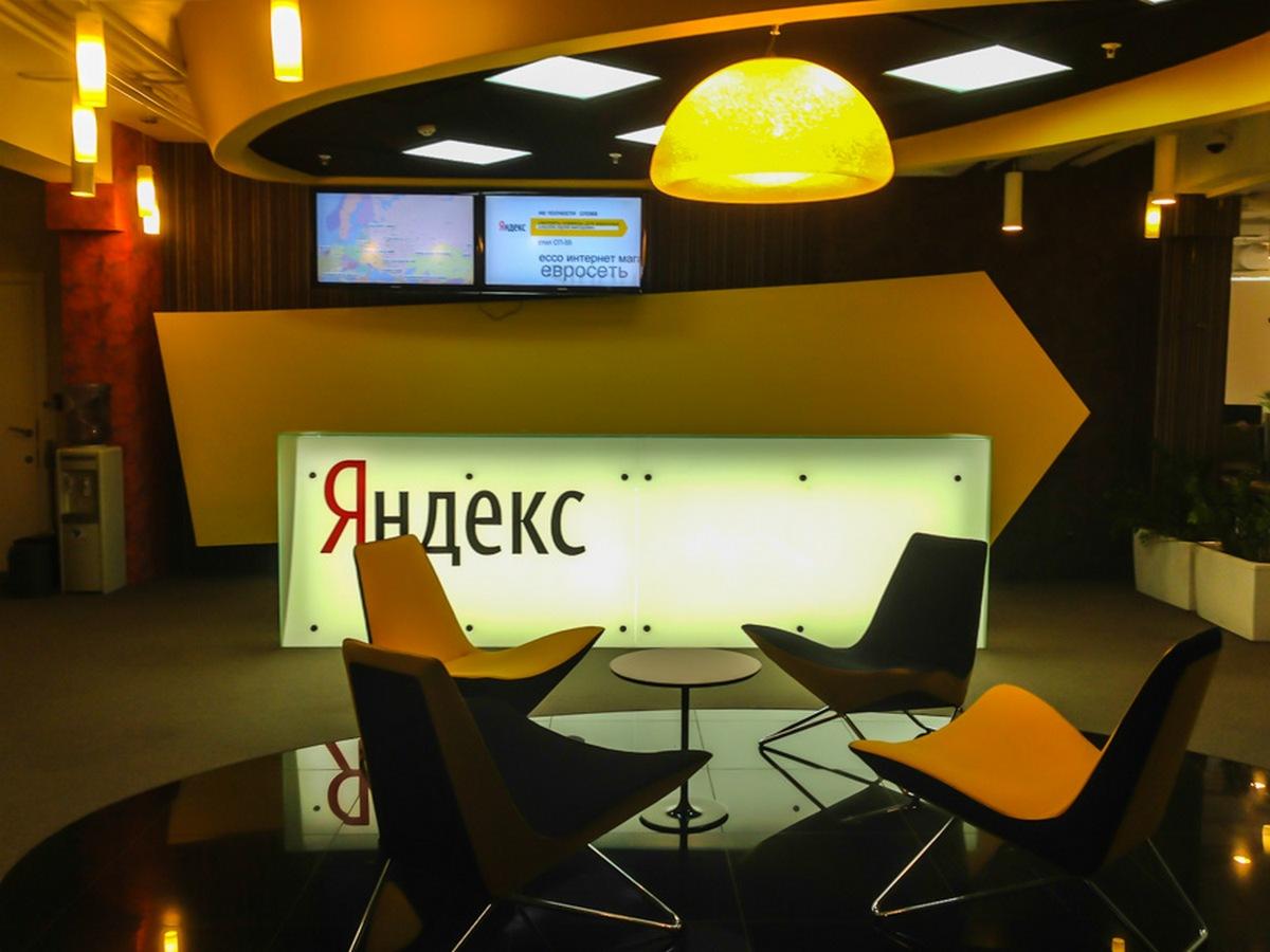 Новосибирский офис «Яндекса» открылся в 2010 году и занял два помещения:одно — в центре города, другое —в Технопарке новосибирского Академгородка, там расположен дополнительный офис для разработчиков. В дизайне обоих пространств использованы дерево и другие натуральные материалы, а также узнаваемые корпоративные цвета — желтый, белый, черный