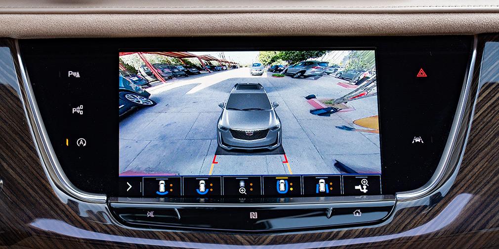 Система камер кругового обзора позволяет менять ракурсы, среди которых крупный план на фаркоп. Салонное зеркало можно переключить в режим видео с камеры над задним стеклом и наблюдать только пространство за кузовом.