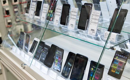 Витрина сразличными моделями смартфонов