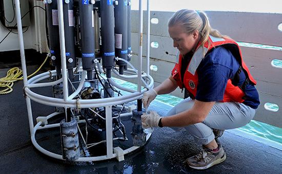 Гидрограф NOAA берет образцы воды