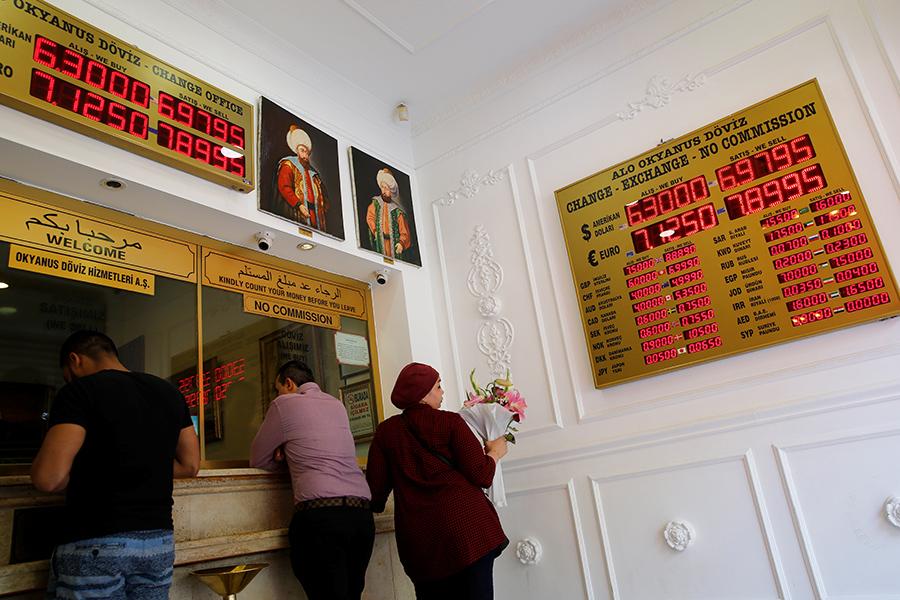 Пункт обмена валюты в Стамбуле, Турция. 13 августа 2018 года