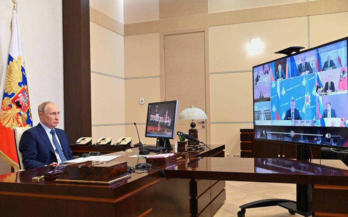 Владимир Путин на совещании с членами Правительства (в режиме видеоконференции).