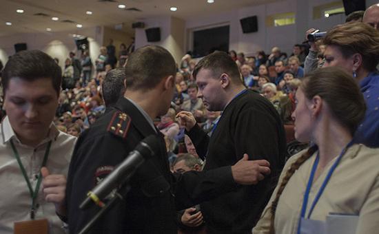 Член партии «Яблоко» Николай Кавказский и сотрудники полиции на слушанияхв Центральном округе