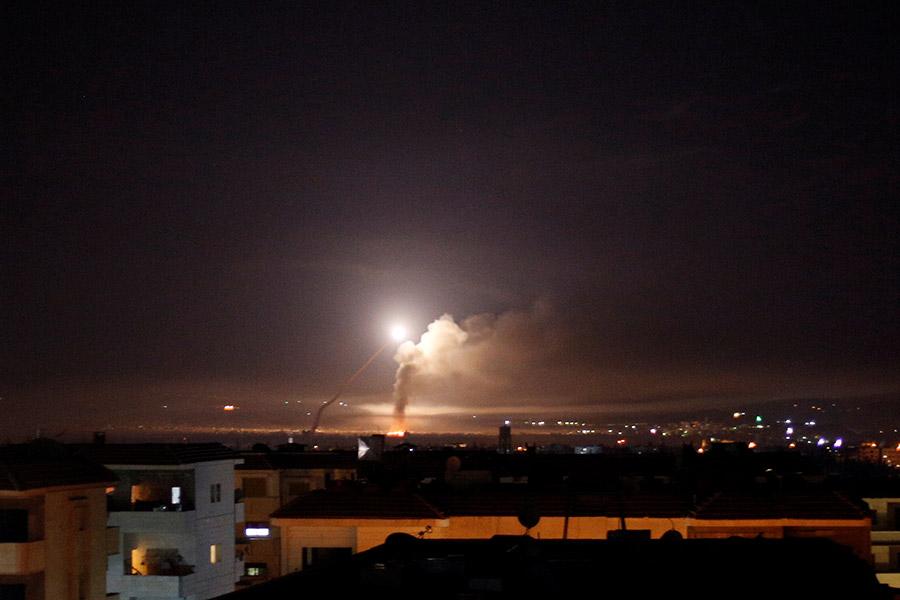 Авиация Израиля атаковала объекты Ирана в Сирии и батареи ПВО правительственных сил арабской республики. Среди объектов, в частности, иранский военный лагерь к северу от Дамаска и склады вооружения в аэропорту сирийской столицы, сообщили в армии обороны Израиля.