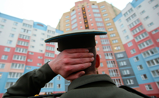 Военнослужащий во дворе жилого дома