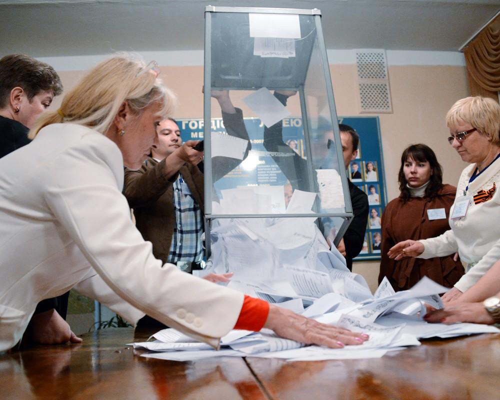 Сотрудники избирательного участка в Донецке подсчитывают голоса по итогам референдума.