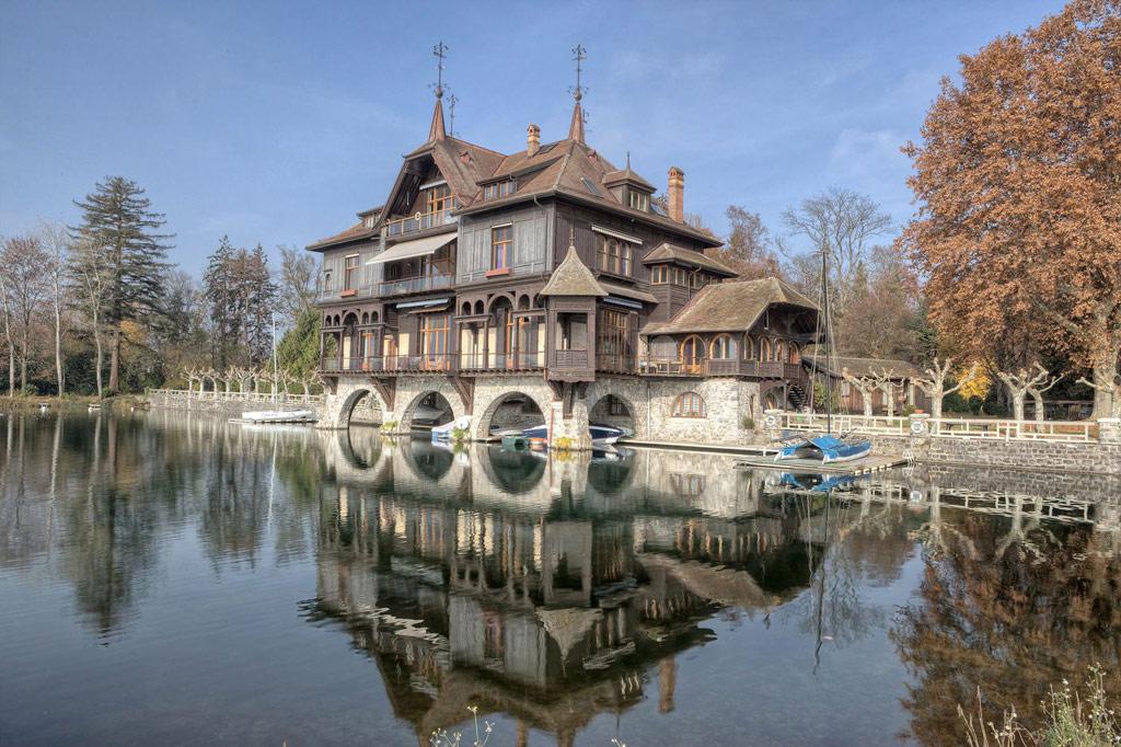 Построенный в 1896 году дом находится в 32км от центра Женевы, в престижном районе Пранжен с большим количеством элитной недвижимости
