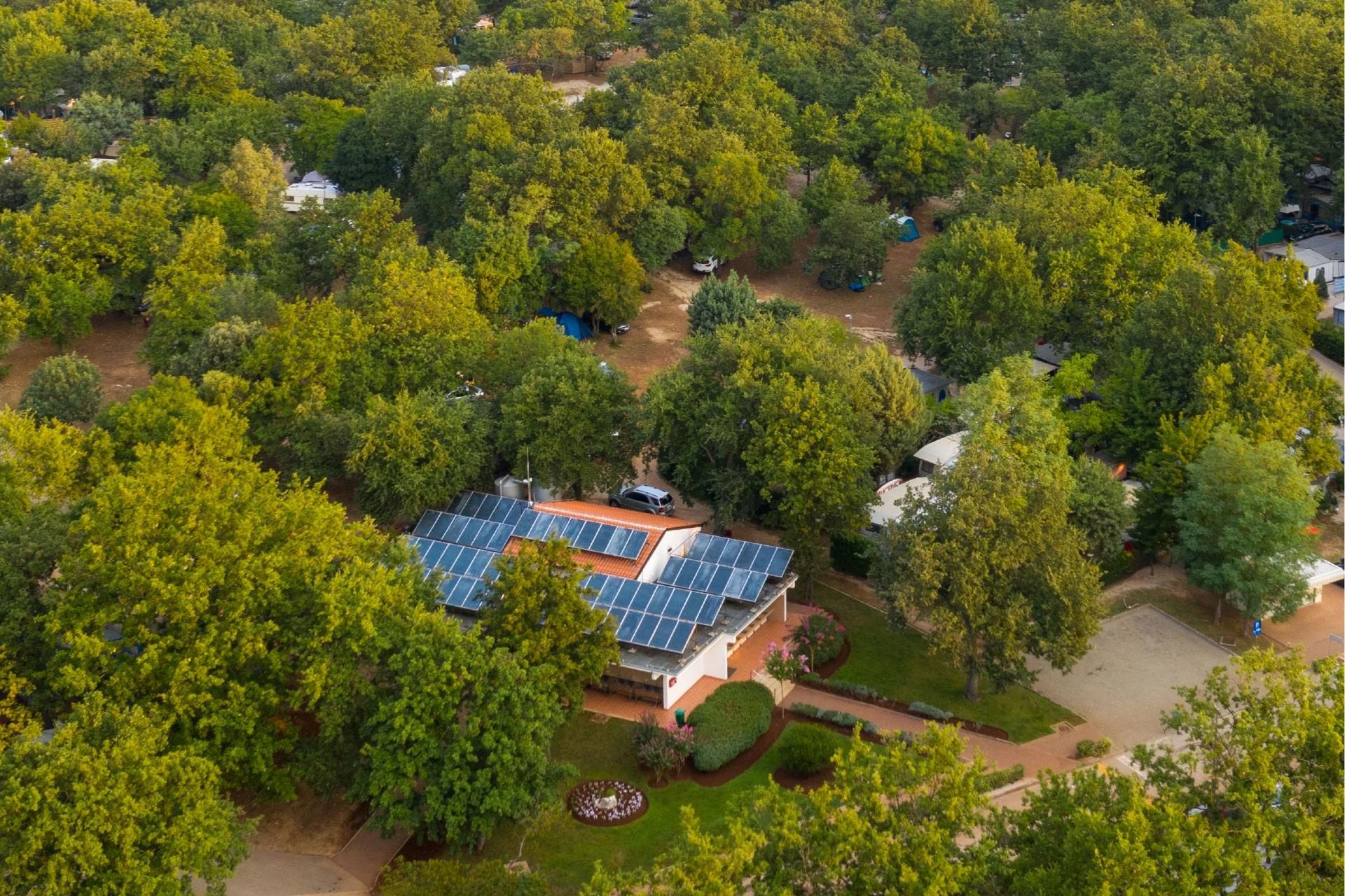 Коттедж с солнечными панелями