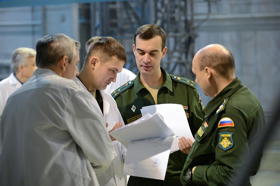 """Подготовка ракеты-носителя """"Союз-2.1а"""" к предстоящему старту."""