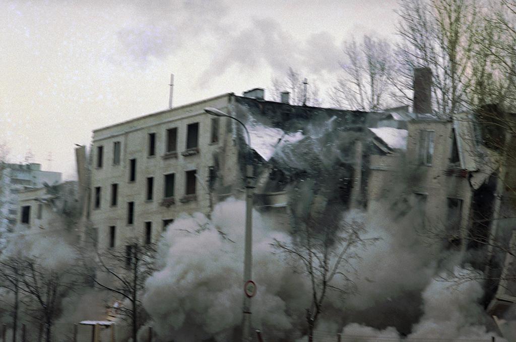 Снос хрущевки наКастанаевской улице методом «мягкого взрыва». 1996 год