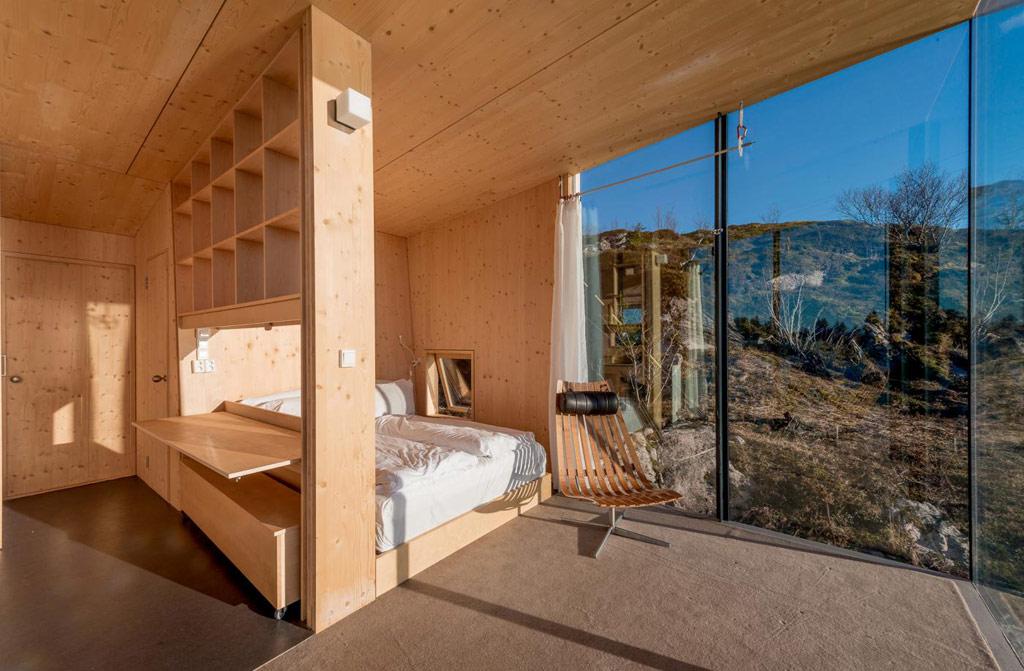 Отель расположен на живописном полуострове в коммуне Стейген на скалистых фьордах. В каждом номере есть ванная комната, душевая кабина, компактный обеденный стол и кровать, под которой предусмотрено место для хранения багажа