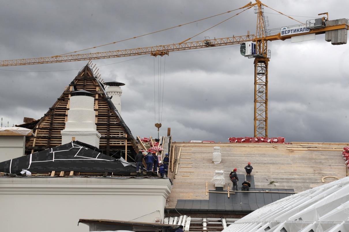 Рабочие во время реставрационных работ на крыше Политехнического музея