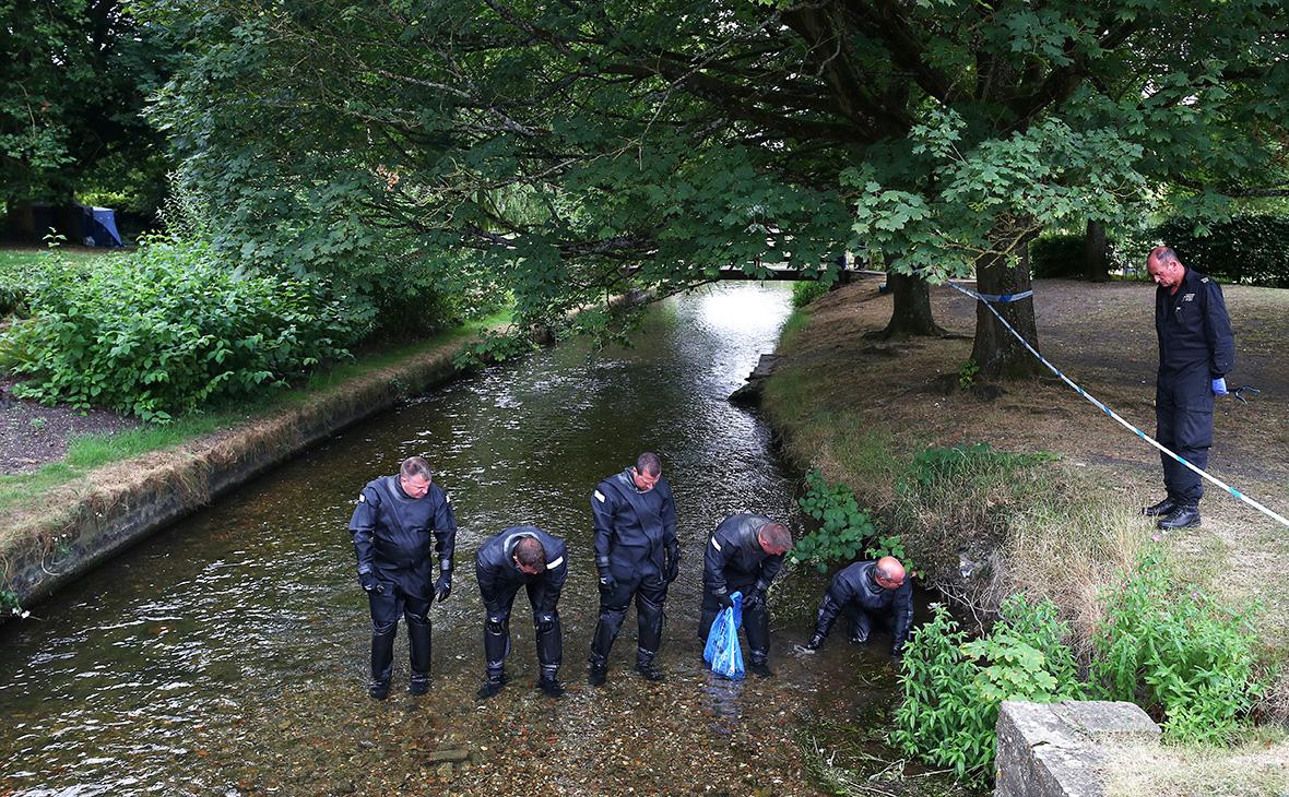 Полицейские исследуют реку в парке Queen Elizabeth Gardens в Солсбери. 19 июля 2018 года