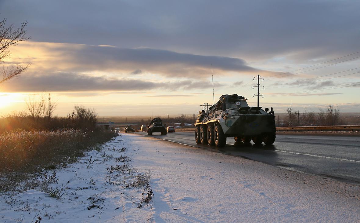 Колонна военной техники российских миротворцевна пути в Нагорный Карабах