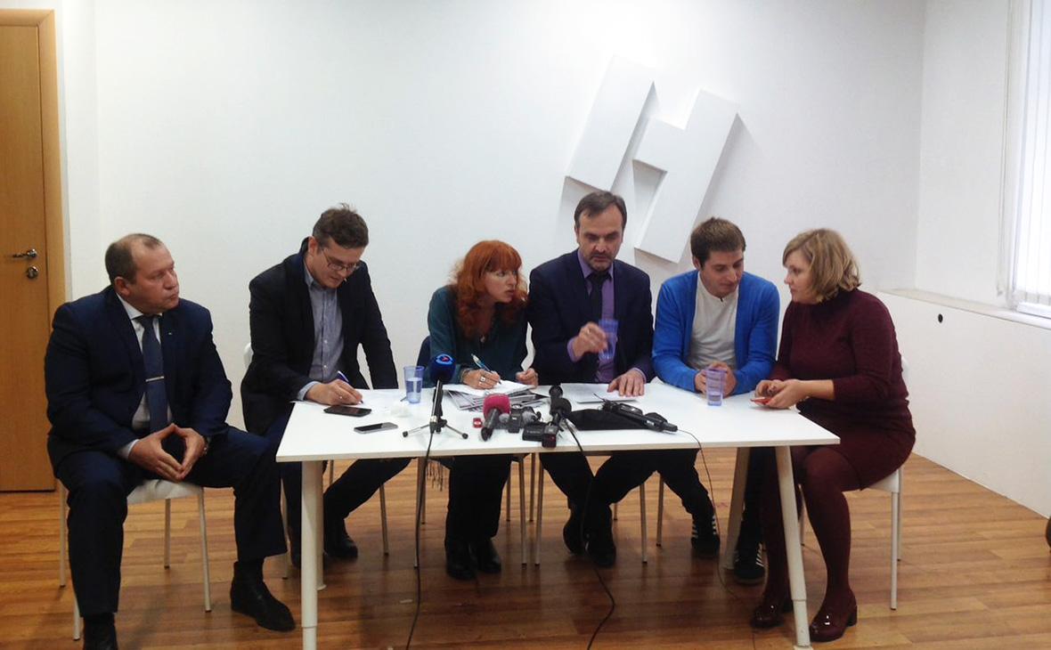 Максим Лапунов (второй справа) в студии «Новой газеты»