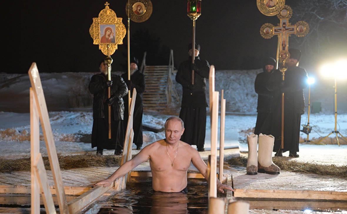 Путин окунулся на Крещение в прорубь на Селигере