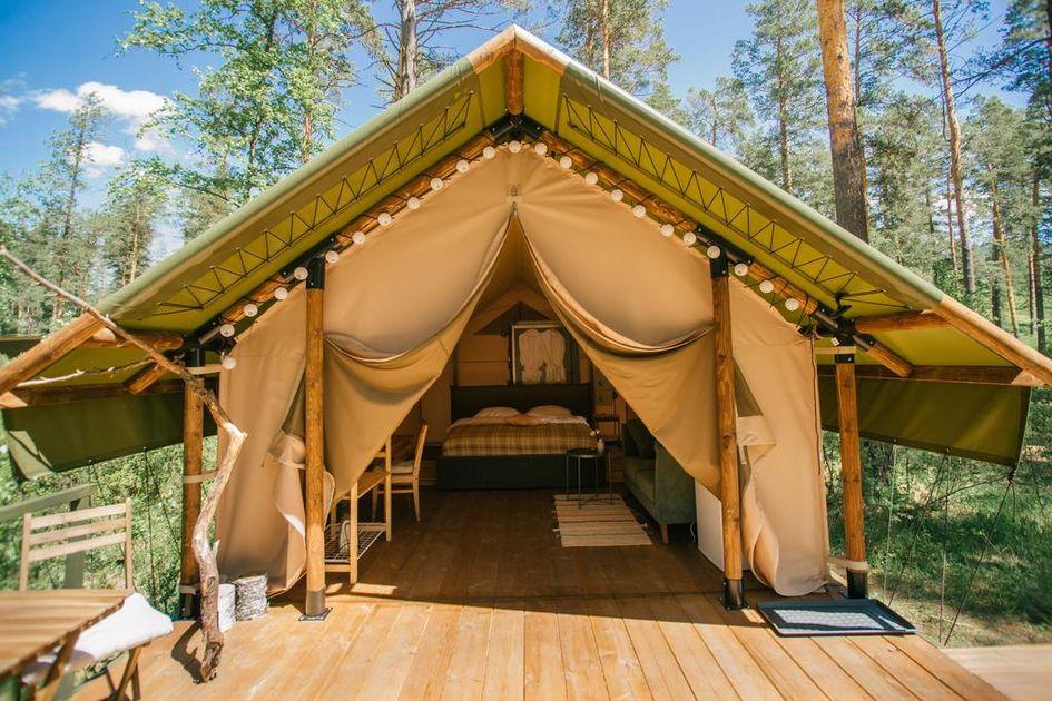 Глэмпинг— вид кемпинга, объединяющий в себе комфорт гостиничного номера с возможностью отдыха на природе