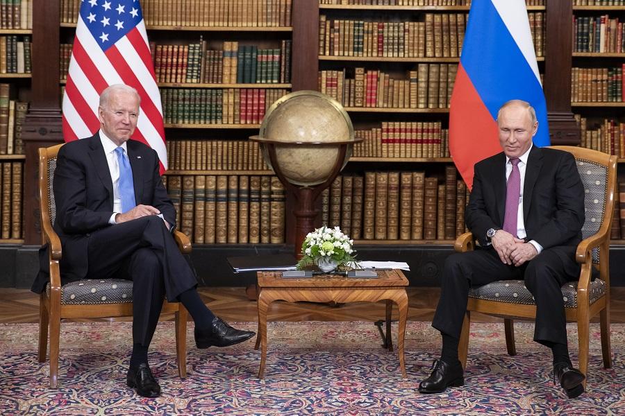 Джо Байден (слева) и Владимир Путин (справа) в Женеве