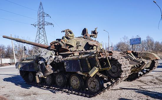 Разрушенные украинские военные бронированные транспортные средства на  окраинах Дебальцево,17 февраля 2015 года
