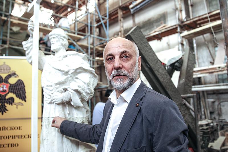 Автор проекта, скульптор Салават Щербаков во время презентации 12-метровой полноразмерной модели памятника святому князю Владимиру