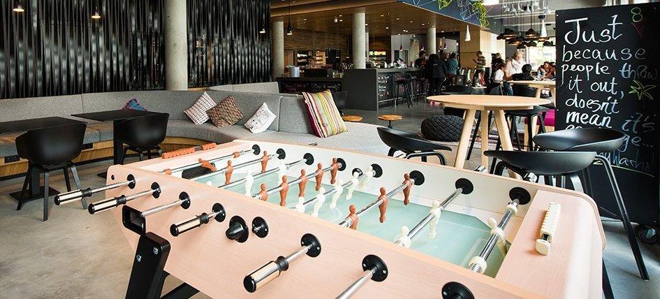 Для представителей поколения Y лобби становится пространством длявстреч иразвлечений, поэтому многие отели устанавливают вобщественной зоне игры вроденастольного футбола илиаэрохоккея