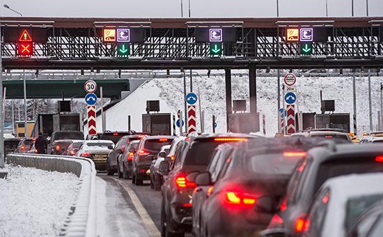 Автомобили на пункте оплаты проезда первого платного участка от МКАД до Солнечногорска автомобильной дороги М11 Москва — Санкт-Петербург