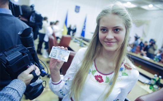 Вручение премьер-министром Украины Арсением Яценюком первых паспортов в форме ID-карт. 25 января 2016 года
