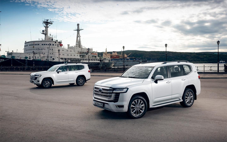Японцами анонсированы три компектации Land Cruiser 300 по цене от 5 666 000 рублей. Однако на данный момент для заказа доступны лишь две старшие версии внедорожника в комплектациях «Комфорт+» и 70th Year Anniversary по цене 6 914 000 и 7 718 000 рублей соответственно.