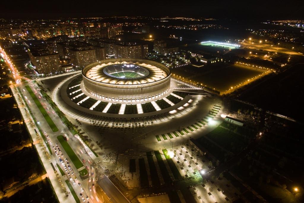 Спортивная инфраструктура включает две раздевалки, помещения дляофициальныхлиц, зону реабилитации скриосауной, душем Шарко, барокамерами, холодным игорячим бассейнами