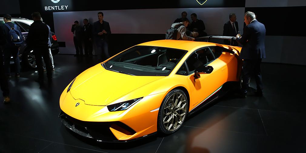 Представленный в Женеве Lamborghini Huracan Perfomante стал самым быстрым дорожным автомобилем Нюрбургринга – знаменитую трассу он проехал за 6 минут 52,01 секунды. Полноприводное купе на 40 кг легче базовой модели и оснащено специальными закрылками, положение которых меняется с помощью электромоторов. Отдача мотора V10 – 640 л.с. и 600 ньютон-метров.