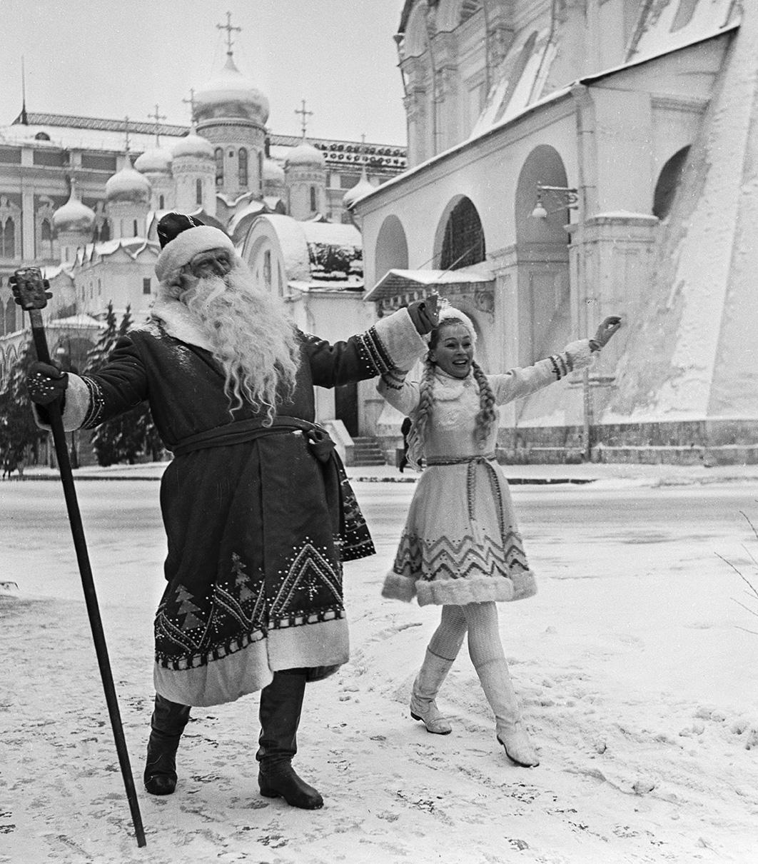 Дед Мороз и Снегурочка на улицах столицы. 1968 год