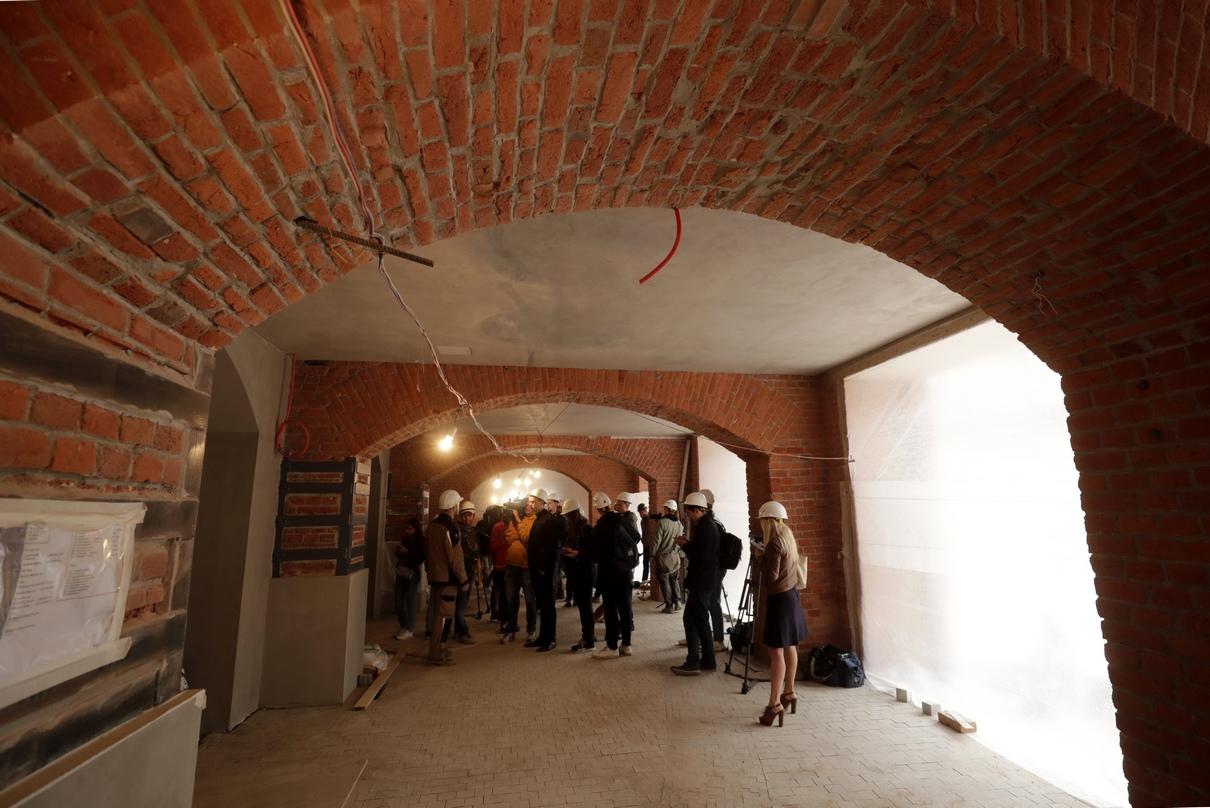 Отреставрированная кирпичная стена в одном из музейных залов