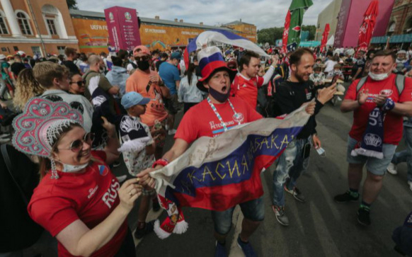 Фото: Фан-зона Евро-2020 на Конюшенной площади (Фото: Андрей Любимов / РБК)