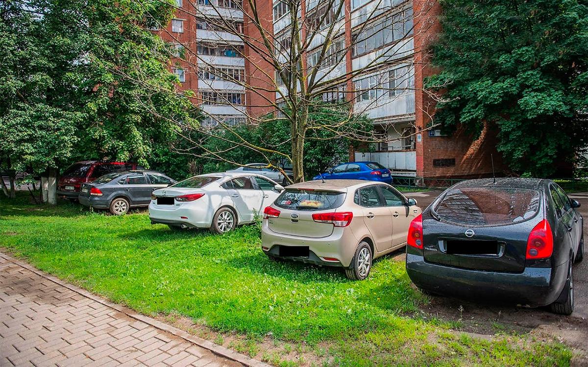 <p>За остановку или проезд по территориям, занятым зелеными насаждениями&nbsp;&mdash; то есть по газонам и цветникам будут наказывать на 1,5-4 тысячи рублей.</p>