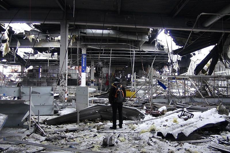 Разрушенный гипермаркет Metro в районе международного аэропорта Донецка.