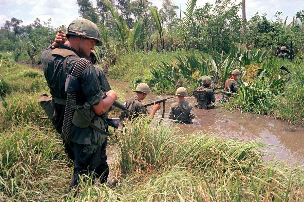 Американские солдаты переходят через болото в дельте реки Меконг (Вьетнам), апрель 1967 года