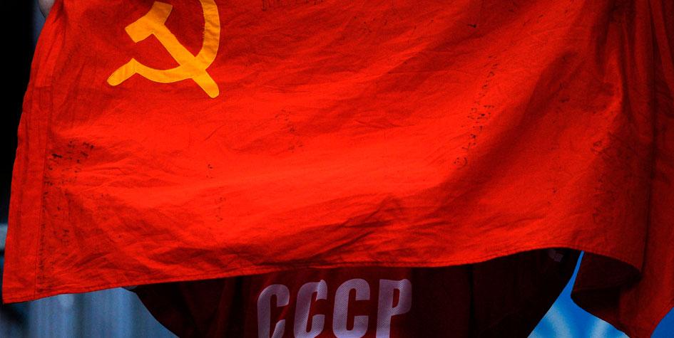 МОК обсудит использование российскими атлетами советского флага и гимна