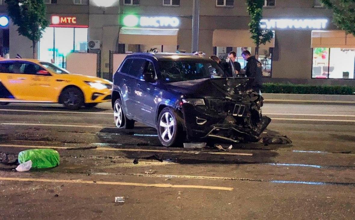 Автомобиль Михаила Ефремова на месте ДТП на Смоленской площади в Москве