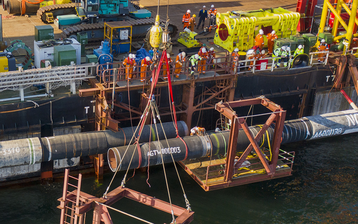 Соединение трубвторой нитки «Северного потока ‑2»при помощи надводного захлёста, 10 сентября 2021 г.