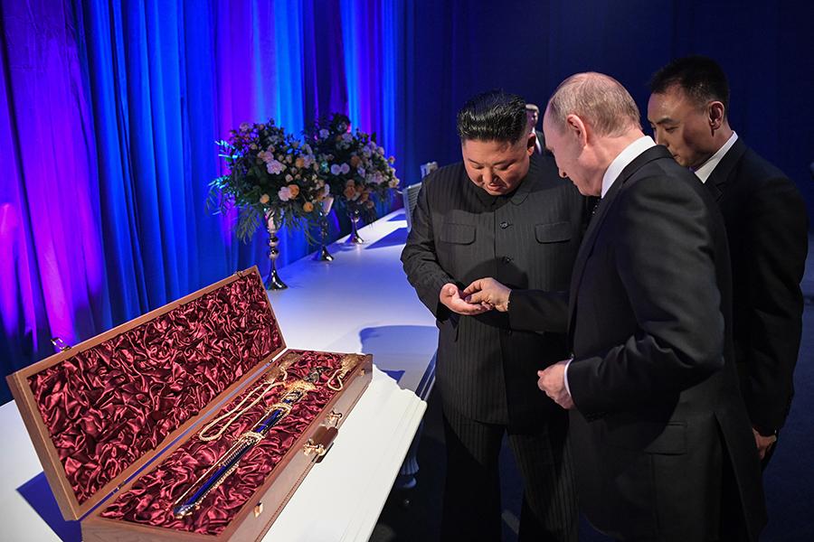25 апреля Владимир Путин и Ким Чен Ын провели свою первую встречу во Владивостоке, закончившуюся торжественным приемом и обменом подарками. Северокорейский лидер подарил Путину меч, а тот, в свою очередь, передал Ким Чен Ыну шашку. Кроме того, глава российского государства рассказал своему коллеге, что в России не принято дарить оружие, после чего лидеры символически обменялись монетками