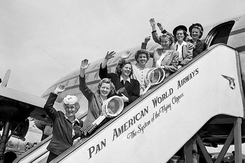 Pan American World Airways  Пассажиропоток: 29,359 млн человек (1989 год)   Pan American Airways, основанная в1927 году, много лет была национальным перевозчикомСША. Но послевступления в1978 году всилузакона одерегулировании воздушных перевозок вСША руководство компании несмогло адаптировать ее бизнес кизменившимся правилам рынка. С этого момента авиакомпания ежегодно несла убытки, распродавая активы дляпогашения задолженности. В 1985 году азиатско-тихоокеанское направление полностью было продано United Airlines. В 1991 году война вПерсидском заливе привела кросту цен нанефть иавиатопливо. 4 декабря 1991 года Pan American объявила обанкротстве. В 1996 году бывшие сотрудники попытались воссоздать Pan Am вкачествемалобюджетного перевозчика, длячего выкупили несколько самолетов Airbus A300. Но этот план провалился, и вфеврале 1998 года компания вновь подала набанкротство
