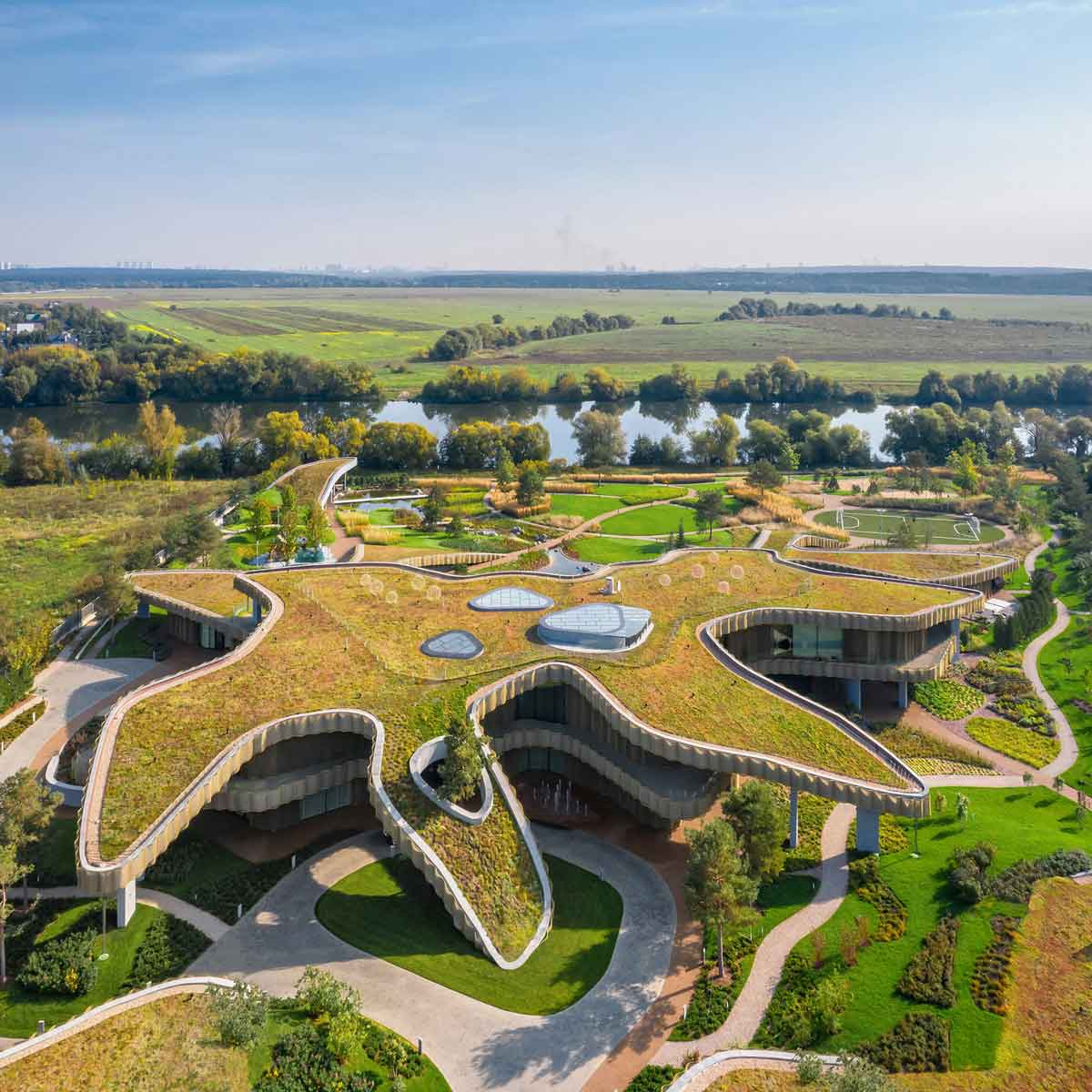 По замыслу авторов проекта, дом и природа должны стать единым целым. Поэтому в конструкции применялись плавные изгибы и округлые формы, напоминающие холмы и горы, а на крыше созданы сады и ландшафтные зоны