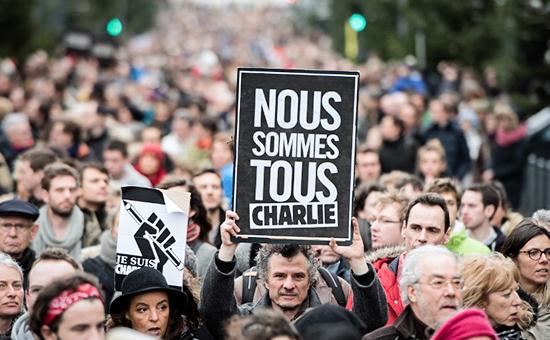"""Мужчина держит табличку с надписью """"Мы все Шарли"""" на митинге в городе Лилль, северная Франция"""
