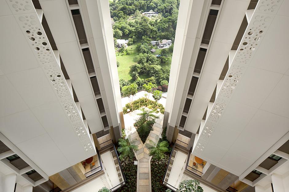 Суммарная площадь озеленения натерритории жилого комплекса составляет1,5га. На крыше разбит сад с400-метровой дорожкой длязанятий бегом