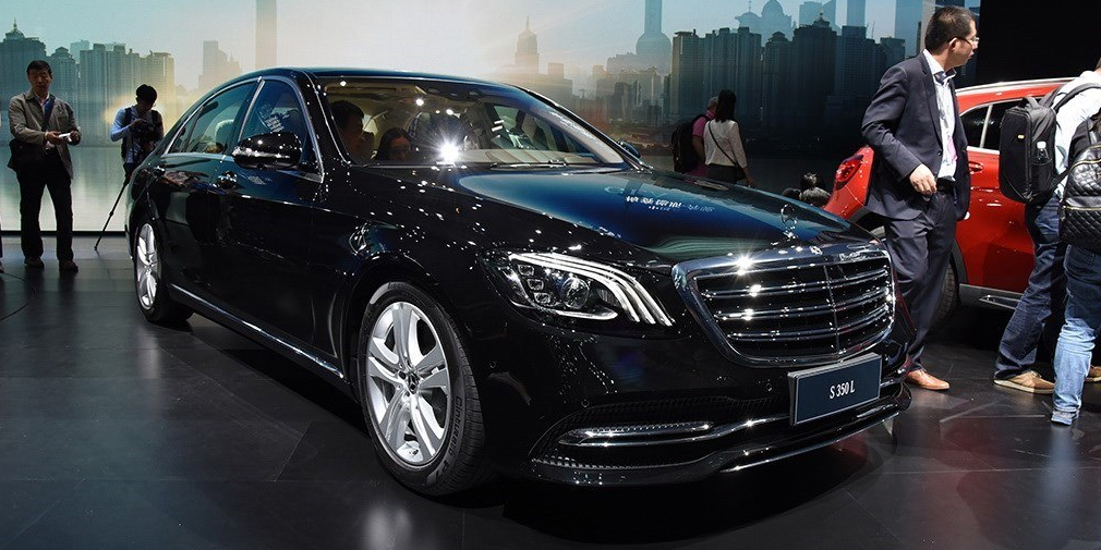 Mercedes-Benz S-Class  Обновленный S-Class проще всего узнать по новым светодиодным фарам и фонарям, а также решетке радиатора со сдвоенными планками. В салоне – новая приборная панель с двумя 12-дюймовыми дисплеями. В гамму двигателей вернулись рядные шестицилиндровые агрегаты – дизельные мощностью 210 и 320 лошадиных сил. А еще у него появились четырехлитровые бензиновые агрегаты V8 с двумя турбинами, развивающим 470 и 612 лошадиных сил. Еще одна новинка – функция Energizing Comfort с набором режимов климатической установки, подогрева и массажа сидений, ароматизатора и громкости музыкальной системы. В России флагман появится осенью 2017 года.