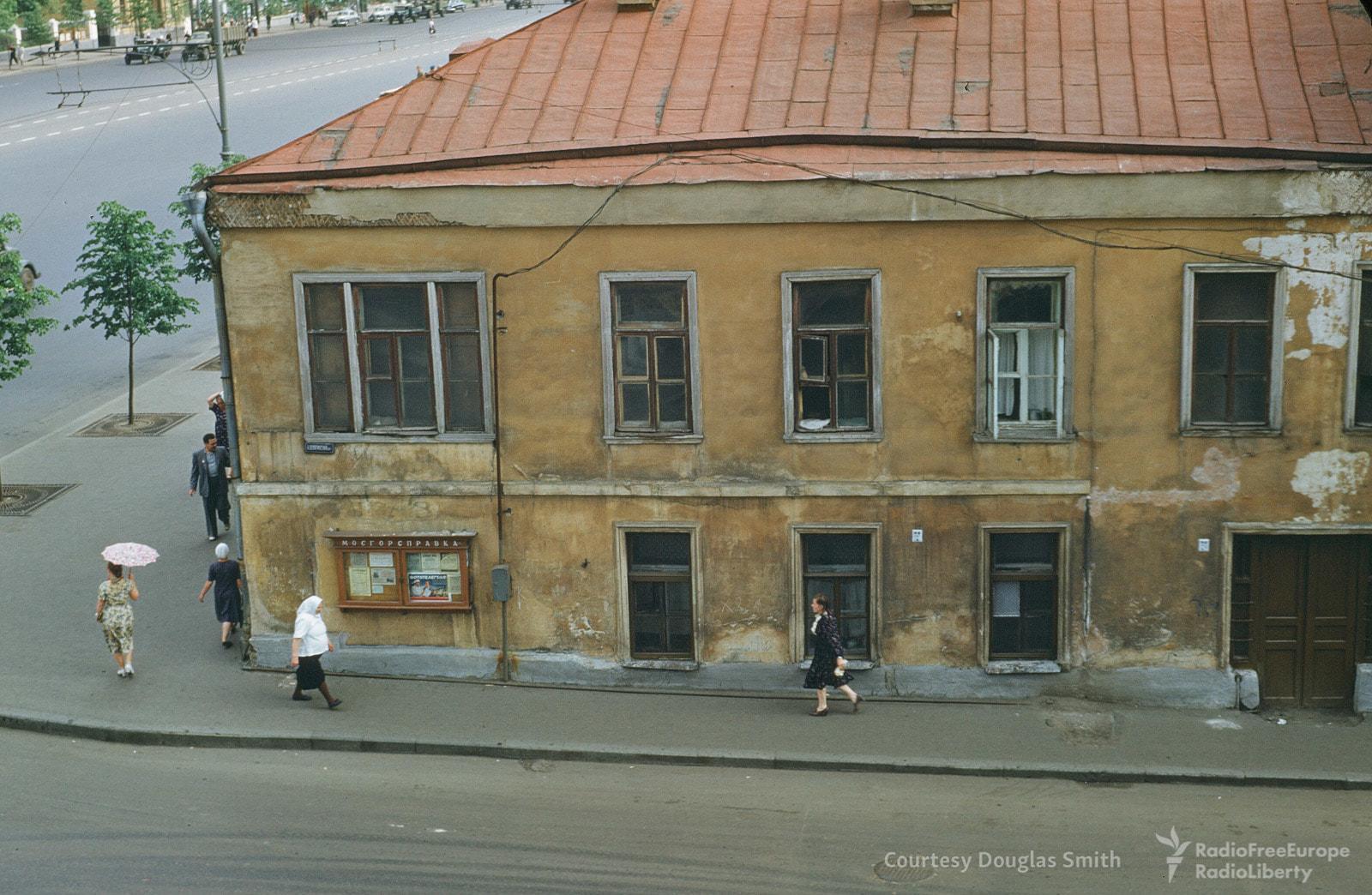 Угол Большого Девятинского переулка и улицы Чайковского (Новинского бульвара)